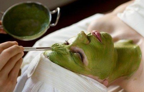 Đắp mặt nạ bột trà xanh giúp làm trắng da, giảm bóng nhờn hiệu quả